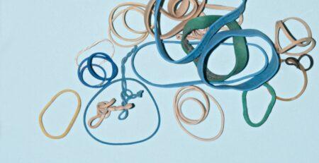 Imagem abstrata de elásticos em fundo azul